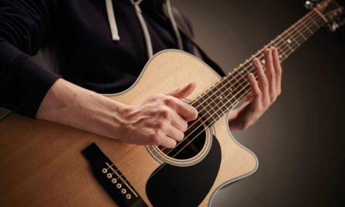 İlk Akustik Gitar Dersiniz – Basit Akorlar, Sağ ve Sol El Tekniği, Akort